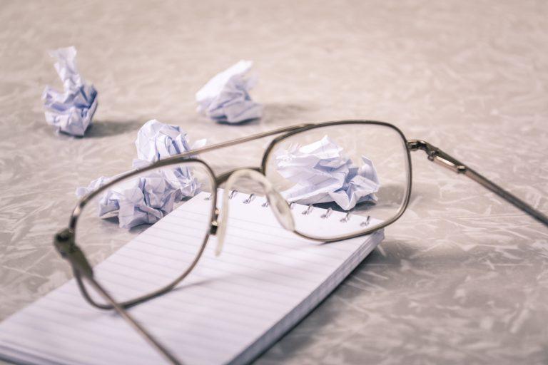 מחסום כתיבה, משקפיים על ניירות מקומטים